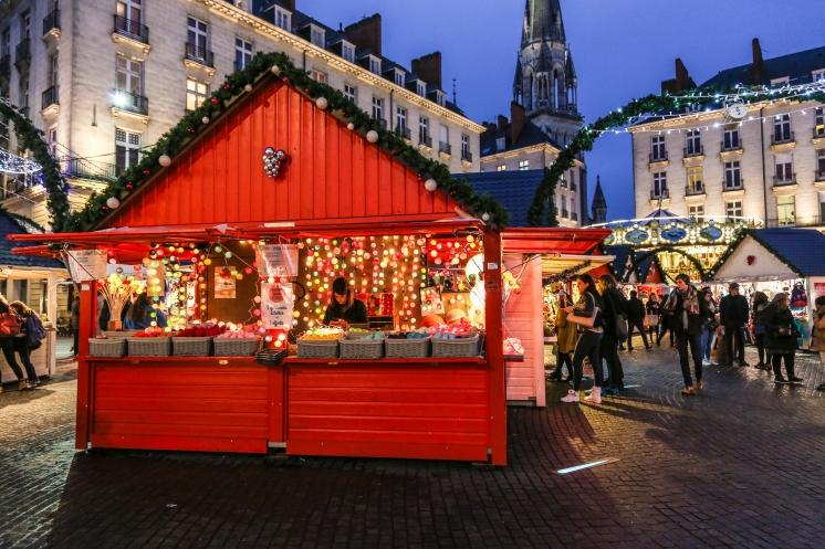 Les guirlandes en boule de coton illumine Nantes
