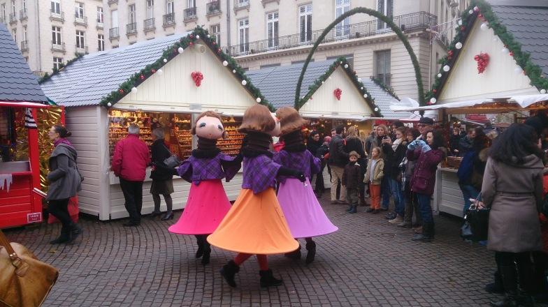 Des poupées dansent Place Royale